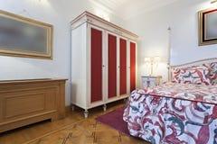 Innenraum eines bunten klassischen Artschlafzimmers Lizenzfreie Stockbilder
