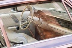 Innenraum eines Chrysler-Oldtimers in einer Straße nahe bei abendländischem Quadrat in Seattle, Washington, USA stockfotos