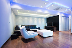 Innenraum eines geräumigen Luxuswohnzimmers mit bunter Decke Lizenzfreie Stockfotos