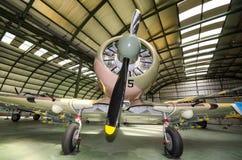 Innenraum eines Hangar mit einigen seltenen Weinleseauffängerflugzeugen Lizenzfreie Stockfotos