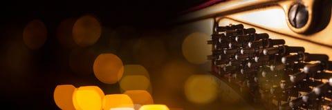 Innenraum eines Klaviers mit gelben Lichtern Stockbilder