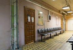Innenraum eines Korridors des arbeitenden städtischen Stadtkrankenhauses Stadt Balashikha, Moskau-Region, Russland lizenzfreie stockbilder