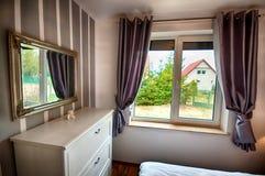 Innenraum eines Landausgangsschlafzimmers. Stockbilder