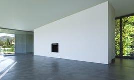 Innenraum Eines Leeren Raumes, Ein Wohnzimmer Eine Große Weiße Wand Mit  Einem Kamin In Der