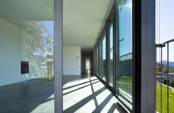 Innenraum eines leeren Raumes, ein Wohnzimmer Eine große weiße Wand mit einem Kamin in der Mitte lizenzfreie stockfotografie