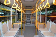 Innenraum eines leeren Stadtbusses stockfotografie