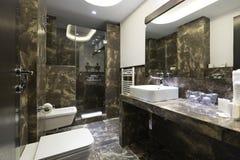 Innenraum eines Luxusbadezimmers Stockfotos