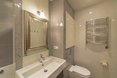 Innenraum eines modernen Badezimmers Stockbild
