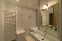 Innenraum eines modernen Badezimmers Stockfotografie