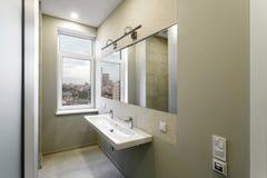 Innenraum eines modernen Badezimmers Stockfoto