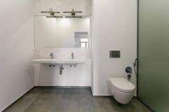 Innenraum eines modernen Badezimmers Stockfotos
