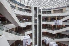 Innenraum eines modernen Einkaufszentrums Stockbild