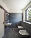 Innenraum eines modernen Hauses, graues Badezimmer stockfotografie