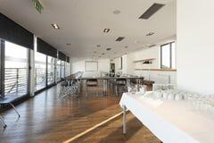 Innenraum eines modernen hellen Konferenzsaales Stockfotos
