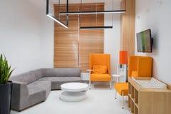 Innenraum eines modernen Krankenhauswarteraumes Klinisch mit leeren Stühlen Nagelneuer und leerer europäischer Luxus medizinisch lizenzfreie stockbilder