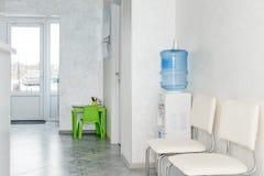 Innenraum eines modernen Krankenhauswarteraumes Klinisch mit leeren Stühlen Nagelneuer und leerer europäischer Luxus medizinisch stockbild