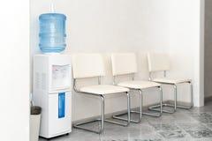 Innenraum eines modernen Krankenhauswarteraumes Klinisch mit leeren Stühlen Nagelneuer und leerer europäischer Luxus medizinisch stockfotografie