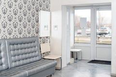 Innenraum eines modernen Krankenhauswarteraumes Klinisch mit leeren Stühlen Nagelneuer und leerer europäischer Luxus medizinisch lizenzfreie stockfotografie