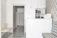 Innenraum eines modernen Krankenhauswarteraumes Klinisch mit leeren Stühlen Nagelneuer und leerer europäischer Luxus medizinisch stockfotos