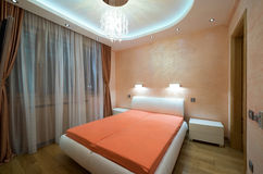 Innenraum eines modernen Schlafzimmers mit Luxusdeckenleuchten Stockfoto