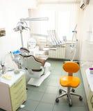 Innenraum eines modernen zahnmedizinischen Büros Stockbild