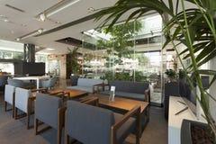 Innenraum eines schönen Cafés Stockbilder