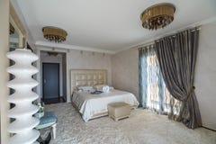Innenraum eines Schlafzimmers in einem luxuriösen Landhaus Stockbild