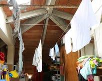 Innenraum eines staubigen Dachbodens mit gehangenen Fetzen und Lappen stockfotos
