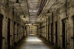 Innenraum eines verlassenen Gefängnisses lizenzfreie stockbilder