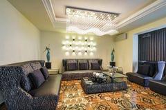 Innenraum eines Wohnzimmers in einem luxuriösen Landhaus Stockbild