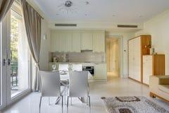 Innenraum eines Wohnzimmers mit Küche Stockbilder