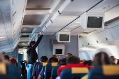 Innenraum innerhalb des Flugzeugs mit Passagieren stockfotos