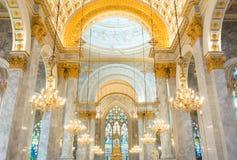 Innenraum innerhalb einer katholischen Kirche Lizenzfreie Stockfotos