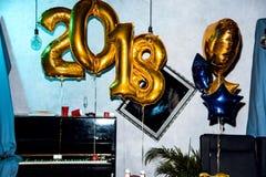 Innenraum mit Ballonen des neuen Jahres Stockfotos