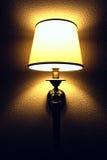 Innenraum mit Beleuchtungslaterne auf Wand in der Dunkelheit Stockfotos