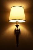 Innenraum mit Beleuchtungslaterne auf Wand in der Dunkelheit Stockfotografie