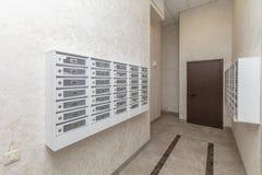 Innenraum mit Briefkästen stockbilder