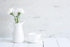 Innenraum mit dekorativem Vase und Tasse Tee auf Tischplatte und wh Lizenzfreies Stockbild