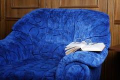 Innenraum mit einem Lehnsessel und dem Buch Lizenzfreie Stockfotos
