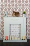 Innenraum mit einem schönen Kamin und Kerzen Stockbilder