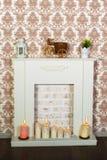 Innenraum mit einem schönen Kamin und Kerzen Lizenzfreie Stockfotos