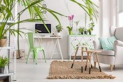 Innenraum mit einem weißen Schreibtisch, einem tadellosen Stuhl, Kommode und einem Lehnsessel Lizenzfreie Stockfotos