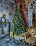 Innenraum mit einem Weihnachtsbaum Lizenzfreies Stockbild