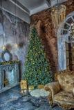 Innenraum mit einem Weihnachtsbaum Lizenzfreies Stockfoto