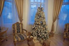Innenraum mit einem Weihnachtsbaum Lizenzfreie Stockfotos