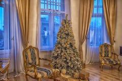 Innenraum mit einem Weihnachtsbaum Stockbild