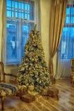 Innenraum mit einem Weihnachtsbaum Lizenzfreie Stockfotografie