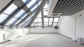 Innenraum mit einer Glasdecke und weißen Wänden Lizenzfreies Stockfoto