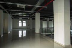 Innenraum mit großen Fenstern und weißen Wänden Stockbilder