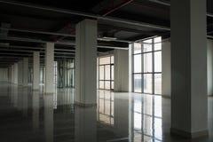 Innenraum mit großen Fenstern und weißen Wänden Stockbild